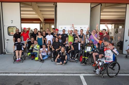 I partecipanti a uno degli ultimi corsi di giuda per moto per disabili