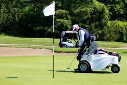 Golfista che gioca sulla sedia Paragolfer