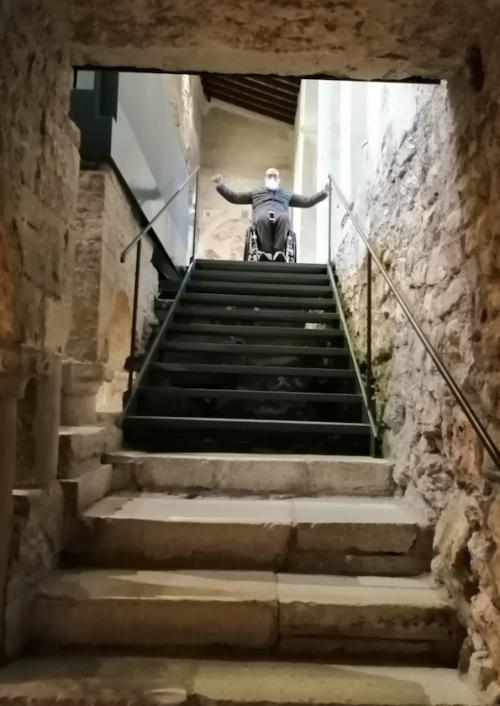 Alberto Arenghi in cima alla scalinata che porta alla cripta, Inaccessibile alle persone con ridotta mobilità