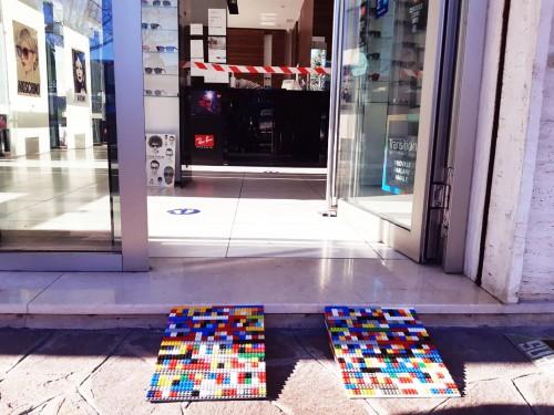 Le rampe Lego montate in prossimità di un'attività commerciale