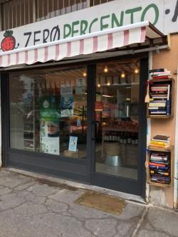 L'esterno del negozio, dalla pagina Facebook di ZeroPerCento