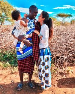 Gaia con il marito e la loro bimba