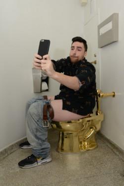 Chris Perez in bagno