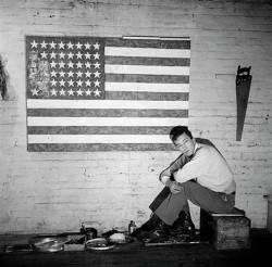 Jasper Johns fotografato da Robert Rauschenberg nello studio di Pearl Street nel 1955