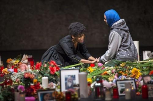 """I """"romani"""" piangono e portano lumini sul luogo dell'attentato"""
