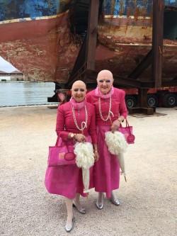 Eva e Adele davanti al barcone dei migranti