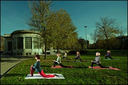 Gruppo di yoga davanti alla Palazzina Liberty - ©Alessandro Scotti