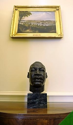 New Oval Office_busto MLK (2).jpg