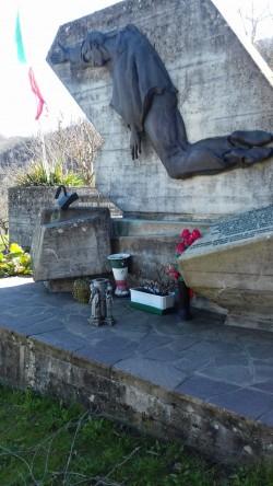 Il monumento che commemora l'eccidio di Legoreccio