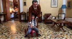 L'avvocato Giorgio Ambrosoli gioca con il figlio Umberto, oggi pure lui avvocato