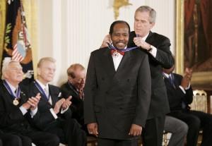 Il presidente  George W. Bush mette al collo di Rusesabagina la medaglia presidenziale della libertà nel 2005  (EPA/SHAWN)