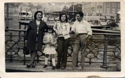 Alda Merini in gita a Como, sul lungolago, con il marito e le figlie Flavia e Barbara alla fine degli anni Settanta.