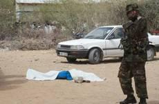 Garissa morto con lenzuolo e militare.JPG