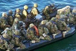 soldati kenioti in gommone.jpg