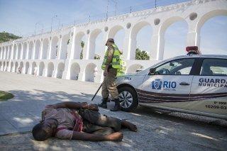 Rio de Janeiro, Brasile. Agenti di 'recolhimento' portano via dalle strade di Lapa alcuni Moradores de rua.